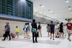 Les gens marchant dans l'aéroport pour le voyage et le transport Photos libres de droits