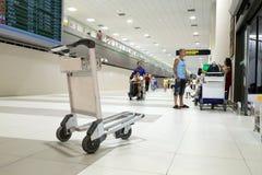 Les gens marchant dans l'aéroport pour le voyage et le transport Image libre de droits