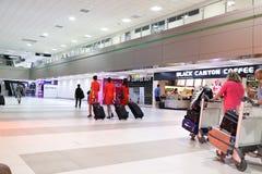 Les gens marchant dans l'aéroport pour le voyage et le transport Image stock