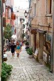 Les gens marchant dans l'allée étroite de Rovinj Image stock