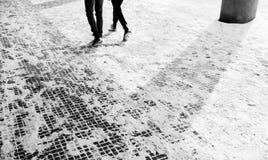 Les gens marchant dans la neige d'hiver Photographie stock libre de droits