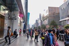 Les gens marchant dans la rue de marche de route de Nanjing dans la porcelaine de ville de hai de shang photographie stock libre de droits
