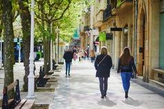 Les gens marchant dans la rue de San Sebastian, Espagne photographie stock