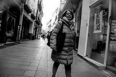 Les gens marchant dans la rue de Sierpes en Séville 5 images stock