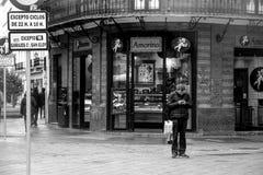 Les gens marchant dans la rue de Sierpes en Séville 5 photos stock