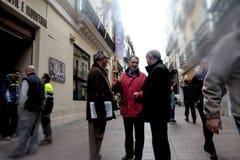 Les gens marchant dans la rue de Sierpes en Séville 5 image libre de droits