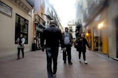 Les gens marchant dans la rue de Sierpes en Séville 5 images libres de droits