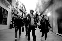 Les gens marchant dans la rue de Sierpes en Séville 5 image stock
