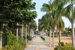 Les gens marchant dans le Central Park de Kaohsiung Images stock