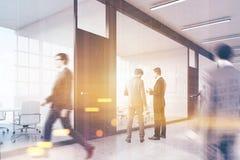 Les gens marchant dans le lobby de centre d'affaires Photographie stock libre de droits