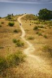 Les gens marchant dans le paysage rural accidenté photo libre de droits