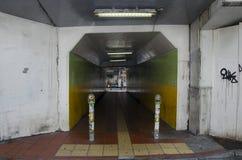 Les gens marchant dans le tunnel sous la route ou le passage souterrain chez Shinjuku Photo stock