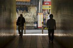 Les gens marchant dans le tunnel sous la route ou le passage souterrain chez Shinjuku Photographie stock