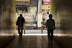 Les gens marchant dans le tunnel sous la route ou le passage souterrain chez Shinjuku Photo libre de droits
