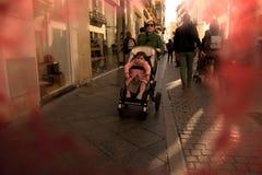 Les gens marchant dans les rues de Séville 64 photos stock