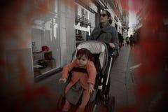 Les gens marchant dans les rues de Séville 65 photographie stock libre de droits