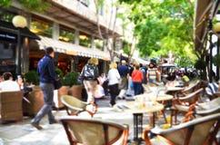 Les gens marchant dans une rue piétonnière occupée avec des cafés dans le secteur de Plaka, Athènes, Grèce images stock
