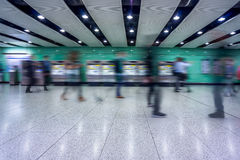 Les gens marchant dans une station de métro occupée à Changhaï Image stock