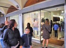 Les gens marchant devant des fenêtres de boutique et faisant des emplettes dans le portique central du XVIème siècle Photo libre de droits