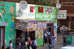 Les gens marchant devant des petites entreprises dans Braamfontein images libres de droits