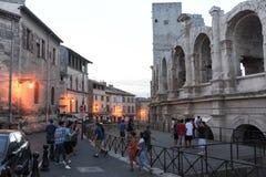 Les gens marchant devant l'amphithater chez Arles Photo stock