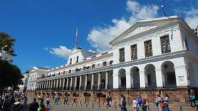 Les gens marchant devant le palais de Carondelet Ce palais est le siège de la présidence de la république Photos stock