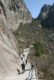 Les gens marchant en montagnes Photo libre de droits