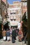 Les gens marchant et achetant sur le marché de vieux Sana Photographie stock