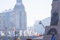 Les gens marchant et célébrant sur la rue principale Image stock