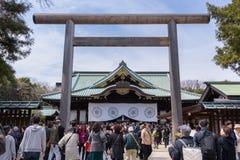 Les gens marchant et observant le festival de fleur de Sakura Cherry chez Ya photo libre de droits