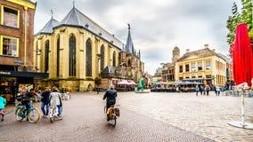 Les gens marchant, faisant du v?lo et tra?nant ? la place centrale, ont appel? Grote Plein dans Zwolle photos stock