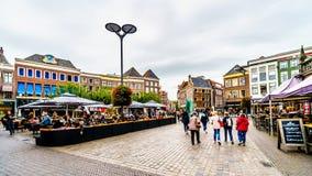 Les gens marchant, faisant du v?lo et tra?nant ? la place centrale, ont appel? Grote Plein dans Zwolle photo libre de droits