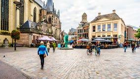 Les gens marchant, faisant du v?lo et tra?nant ? la place centrale, ont appel? Grote Plein dans Zwolle image stock