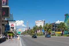 Les gens marchant le long de la bande de Las Vegas Photographie stock libre de droits