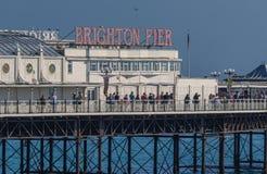 Les gens marchant le long du pilier de Birghton photographie stock libre de droits