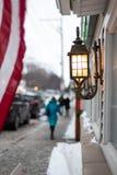 les gens marchant le long du trottoir en dehors des magasins en petite ville Amérique image stock