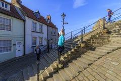 Les gens marchant les 199 étapes whitby Photographie stock