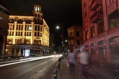 Les gens marchant les rues la nuit Photos libres de droits