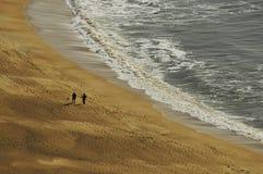 Les gens marchant par la mer Image libre de droits