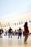 Les gens marchant par la structure architecturale à nervures Photos stock