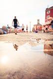 Les gens marchant par Piran Photos libres de droits