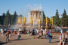 Les gens marchant près de la fontaine d'amitié de peuples Photo stock