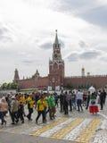 Les gens marchant près de la tour de Spassky de Kremlin, Moscou photographie stock libre de droits