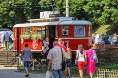 Les gens marchant près du tram rouge décoratif Photographie stock