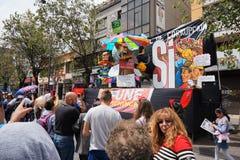 Les gens marchant sur l'avenue d'Amazonas admirant le festival de ` d'Anos Viejos de ` Le festival est une tradition à la laquell Image libre de droits