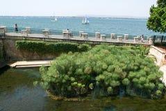 Les gens marchant sur la côte de che de Siracusa sur la Sicile Image libre de droits