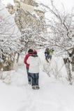 Les gens marchant sur la neige photo stock