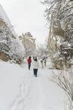 Les gens marchant sur la neige photographie stock