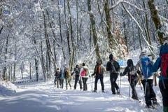 Les gens marchant sur la neige sur le paysage très froid photo libre de droits
