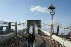 Les gens marchant sur la passerelle de Brooklyn Photos stock